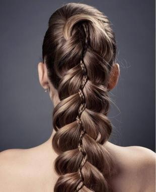Темно русый цвет волос, прическа на длинные волосы с пышной косой