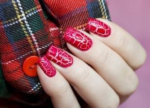 Рисунки на красных ногтях, красный кракле-маникюр