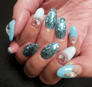 Рисунки на ногтях на морскую тематику, маникюр цвета морской волны с камнями и металлическим декором