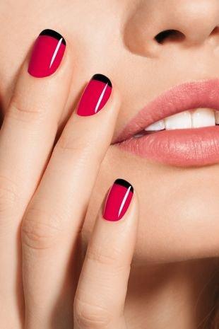 Дизайн ногтей шеллаком, черный френч на малиновом фоне