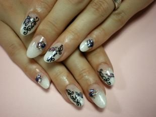 Рисунки на белом ногте, белый френч с темным рисунком и камнями