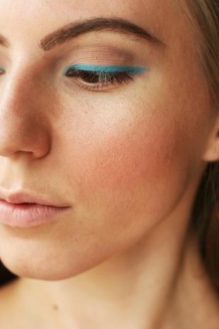 Летний макияж для карих глаз, макияж с голубыми стрелками
