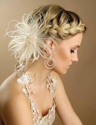 Свадебные прически на средние волосы, прическа на выпускной - боковой колосок с красивой заколкой