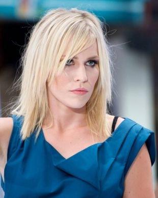 Цвет волос холодный блонд на средние волосы, небрежное удлиненное каре с рваными прядями