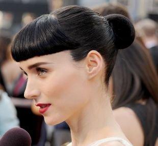 Иссиня-черный цвет волос, прическа гулька с короткой ровной челкой