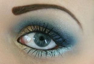 Макияж для голубых глаз под синее платье
