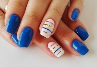 Рисунки фольгой на ногтях, сине-белый маникюр с разноцветными металлическими полосками