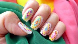 Современные рисунки на ногтях, белый маникюр с разноцветными вертикальными полосками