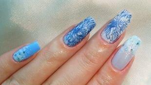 Рисунки на нарощенных ногтях, зимний бело-голубой маникюр