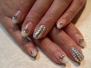 Свадебный маникюр на короткие ногти, френч с сердечками из страз