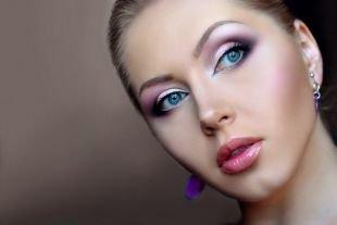 Макияж для голубых глаз под голубое платье, макияж для голубых глаз в фиолетовой гамме