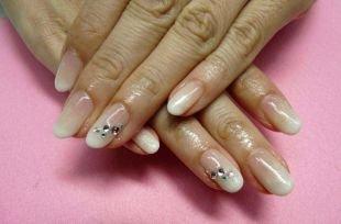 Школьный маникюр на короткие ногти, свадебный маникюр в стиле нюд со стразами