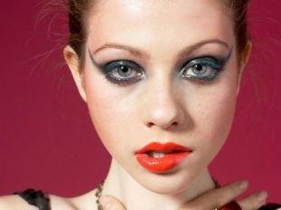 Авангардный макияж, макияж с кокетливыми стрелками и алой помадой