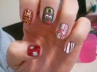 Дизайн ногтей с блестками, многоцветный новогодний маникюр с веселыми рисунками на разных пальцах