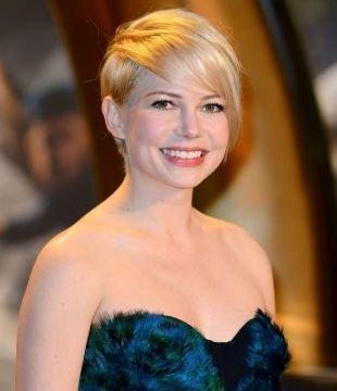 Цвет волос теплый блонд, асимметричная короткая стрижка