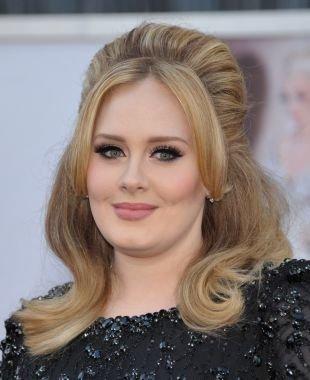 Цвет волос темный блондин, прическа для круглого лица - полураспущенные, зачесанные назад волосы