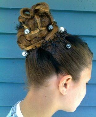 Холодно коричневый цвет волос, высокий пучок, украшенный шпильками с бусинами