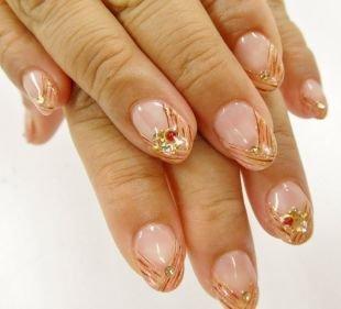 Дизайн гелевых ногтей, полосатый френч в карамельных тонах