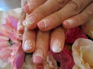 Маникюр на 8 марта, двухцветный френч с золотистой и белой полосочкой и стразами на коротких ногтях