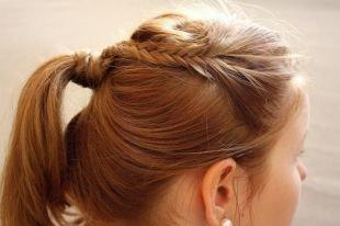 Золотисто каштановый цвет волос на средние волосы, прическа на 1 сентября - косичка, вплетенная в хвост