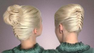 Цвет волос холодный блонд, прическа ракушка с пучком и плетением