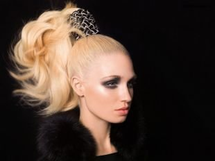 Цвет волос перламутровый блондин, прическа на длинные волосы - высокий конский хвост