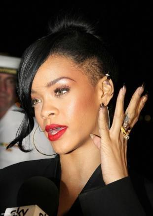 Иссиня-черный цвет волос, креативная стрижка с выбритыми висками