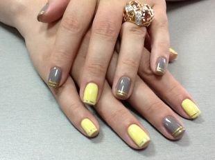 Маникюр разными лаками, серо-желтый маникюр с золотистыми полосками