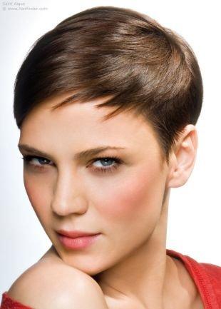 Шоколадно коричневый цвет волос, ультракороткая стрижка для ровных волос