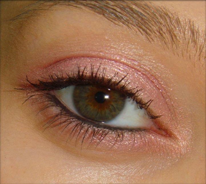 Дневной макияж зеленых глаз: красный оттенок