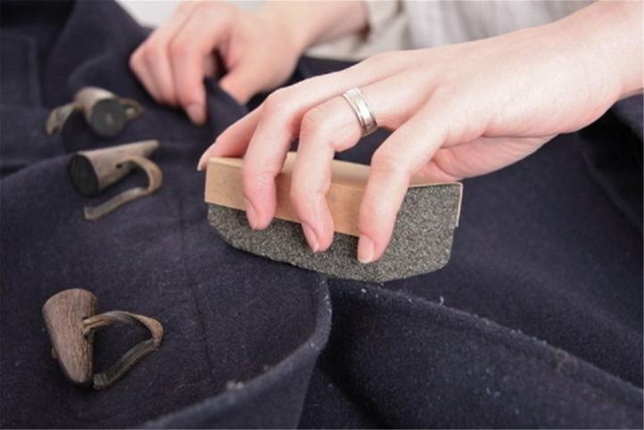 Удаление катышков на одежде с помощью наждачной бумаги